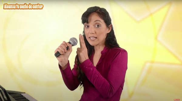 agarrar el microfono para cantar